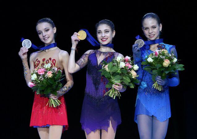 Patinadoras rusas Anna Shcherbakova, Aliona Kostornaya y Alexandra Trúsova