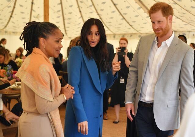 Doria Ragland madre de Meghan Markle junto a su hija y su yerno Harry