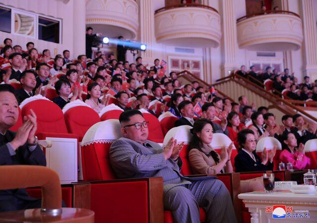 Kim Jong-un con su esposa y tía durante un concierto con motivo del Año Nuevo Lunar