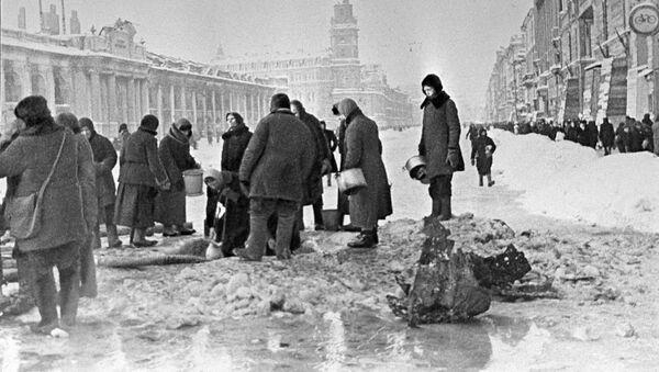 Los habitantes de la asediada Leningrado están recogiendo agua de los agujeros en el asfalto. - Sputnik Mundo