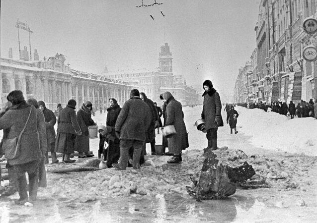 Los habitantes de la asediada Leningrado están recogiendo agua de los agujeros en el asfalto.