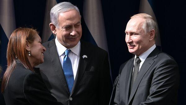 El presidente de Rusia, Vladímir Putin, con su homólogo de Israel y la madre de Naama Issachar - Sputnik Mundo
