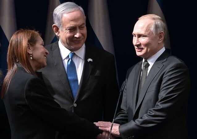 El presidente de Rusia, Vladímir Putin, con su homólogo de Israel y la madre de Naama Issachar
