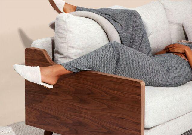 Una chica en un sofá (imagen referencial)
