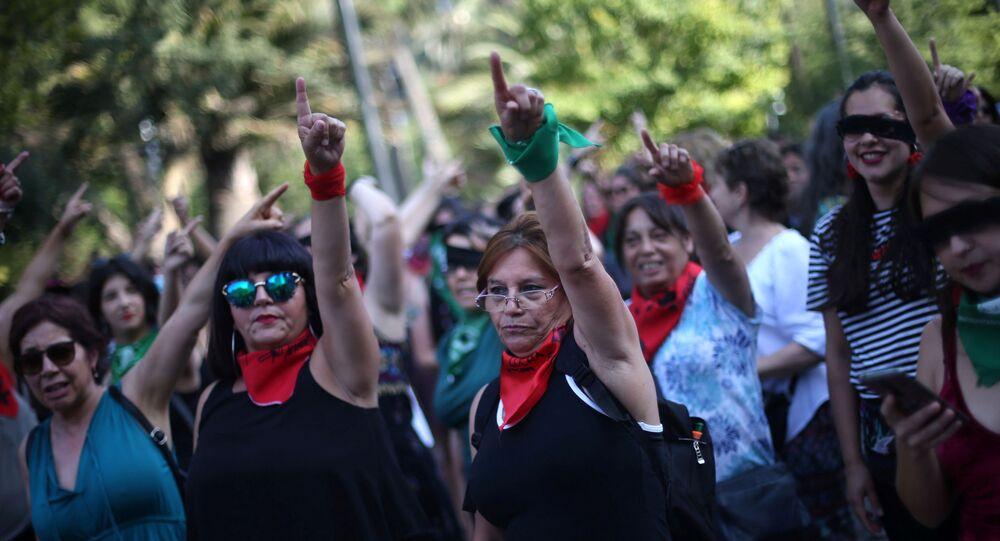 Performance Un violador en tu camino de manifestantes en Chile