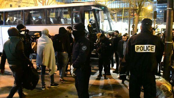 Desalojo de campamentos de migrantes irregulares en la Puerta de Aubervilliers, en la periferia norte de París - Sputnik Mundo