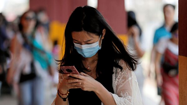 Una mujer lleva una mascarilla para protegerse del coronavirus - Sputnik Mundo
