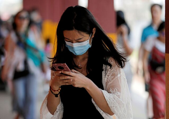 Una mujer lleva una mascarilla para protegerse del coronavirus