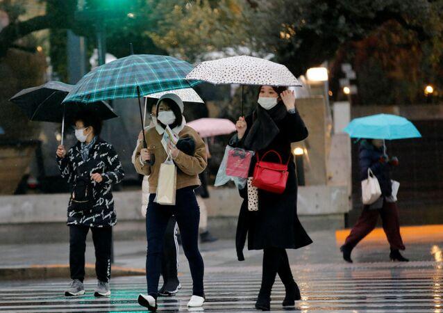 Los japoneses llevan mascarillas para protegerse del brote de coronavirus, Tokio
