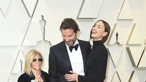 Irina Shayk junto a Bradley Cooper - Sputnik Mundo