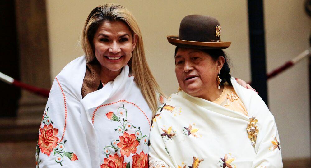 La presidenta interina de Bolivia, Jeanine Áñez, durante un evento con mujeres indígenas bolivianas