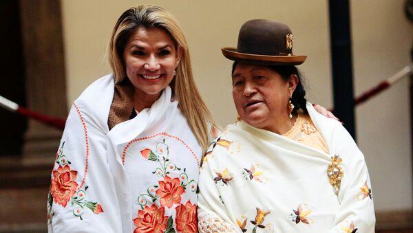 La presidenta interina de Bolivia, Jeanine Áñez, durante un evento con mujeres indígenas bolivianas - Sputnik Mundo