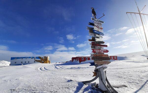 Poste indicador en la Base científica antártica Artigas - Sputnik Mundo