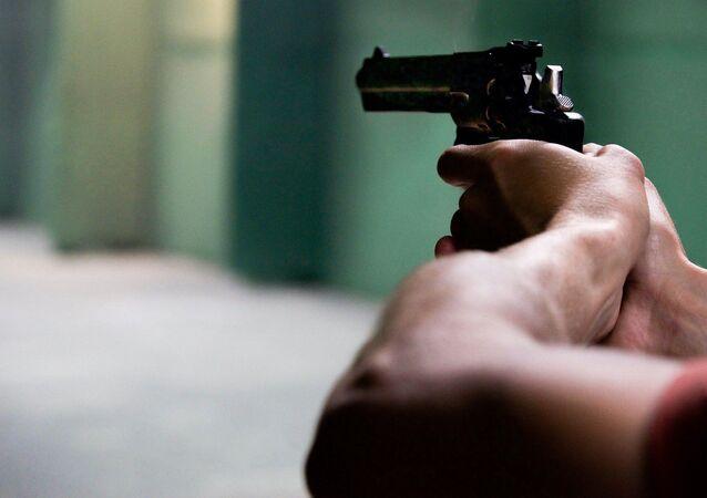 Hombre apuntando con revólver