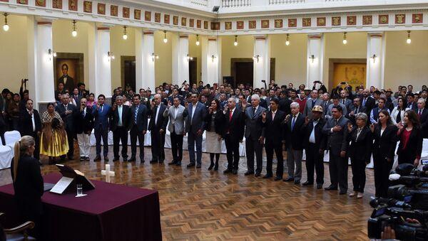 La presidenta de facto de Bolivia, Jeanine Áñez, tomando juramento a su gabinete ministerial - Sputnik Mundo
