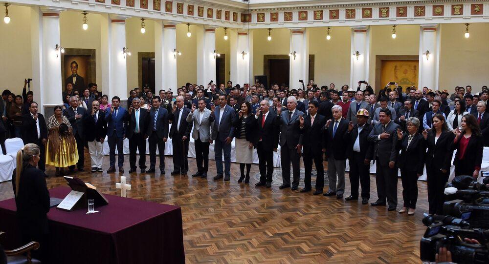 La presidenta de facto de Bolivia, Jeanine Áñez, tomando juramento a su gabinete ministerial