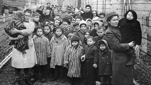Médicos soviéticos y representantes de la Cruz Roja entre los prisioneros de Auschwitz en las primeras horas después de la liberación del campo - Sputnik Mundo