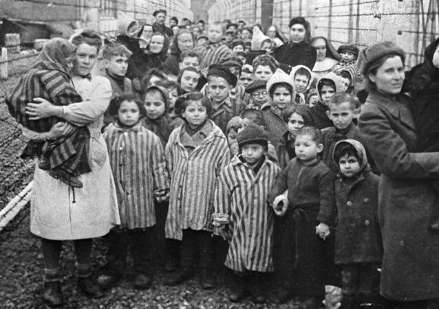 Médicos soviéticos y representantes de la Cruz Roja entre los prisioneros de Auschwitz en las primeras horas después de la liberación del campo