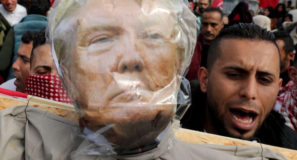 Manifestantes protestan contra el plan de paz de Trump para Oriente Medio