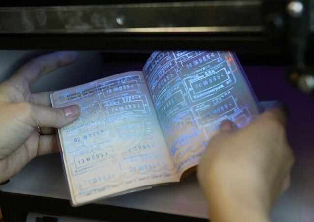 Un pasaporte en el punto de control fronterizo (imagen referencial)