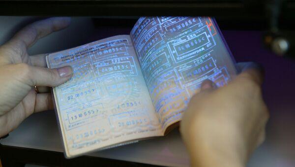 Un pasaporte en el punto de control fronterizo (imagen referencial) - Sputnik Mundo