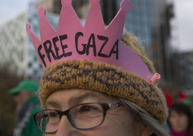 Un manifestante contra Israel lleva una corona frente a la Corte Penal Internacional