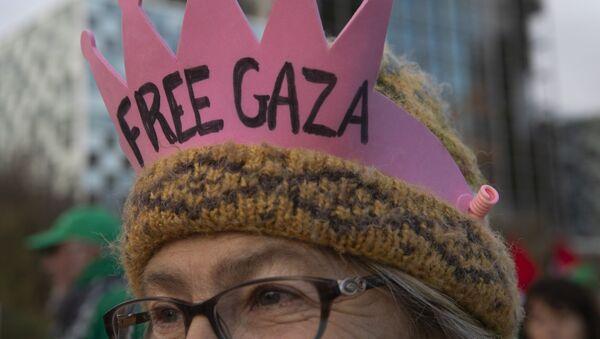 Un manifestante contra Israel lleva una corona frente a la Corte Penal Internacional  - Sputnik Mundo