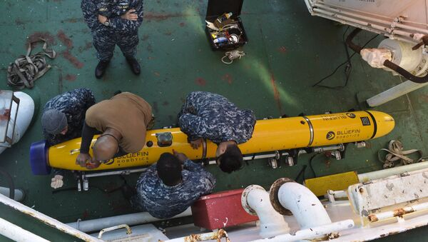 Los marineros estadounidense preparan un dron submarino - Sputnik Mundo