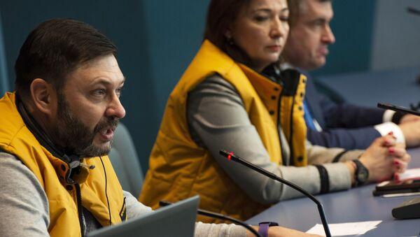 El director ejecutivo del grupo mediático Rossiya Segodnya Kiril Vishinski y la jefa de la oficina de Sputnik en Estonia, Elena Chérisheva - Sputnik Mundo