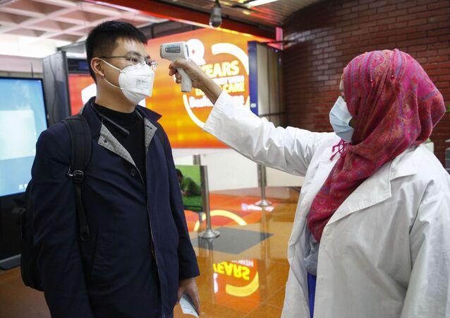 Un pasajero de Beijing es examinado para prevenir la infección por coronavirus en el aeropuerto de Dhaka, Bangladesh