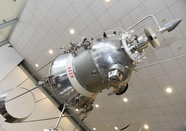 Modelo de un satélite soviético, imagen referencial
