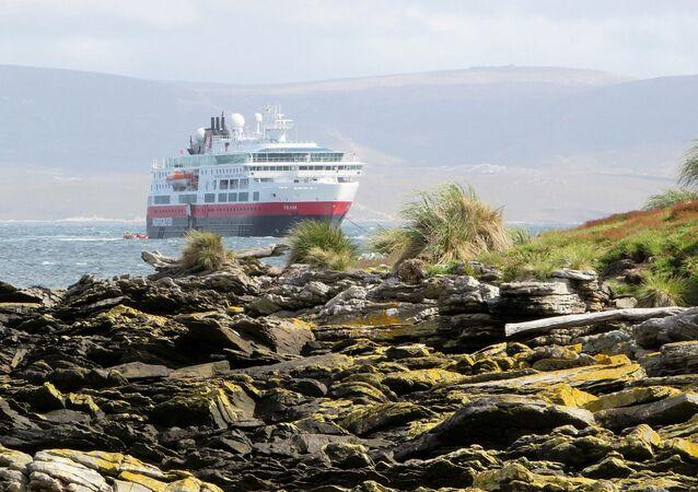 Un crucero cerca de la costa de las Islas Malvinas (Falklands). Imagen referencial
