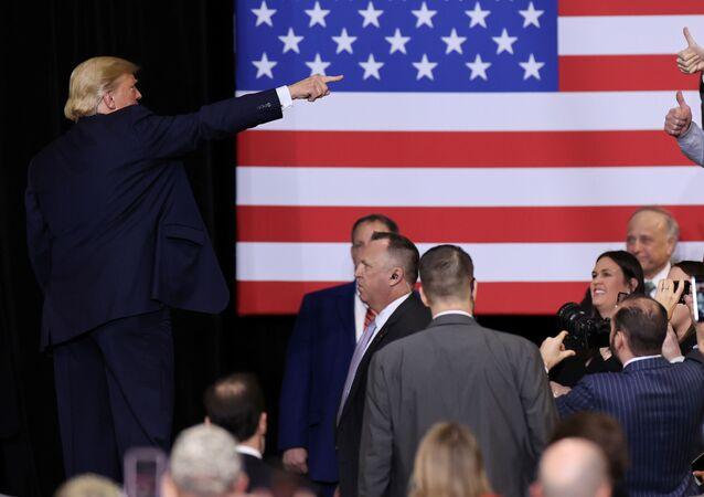 El presidente de EEUU, Donald Trump, y la bandera estadounidense