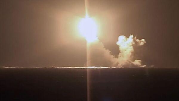 Lanzamiento de prueba de un misil balístico del submarino ruso Kniaz Vladimir de la clase Borei-A - Sputnik Mundo
