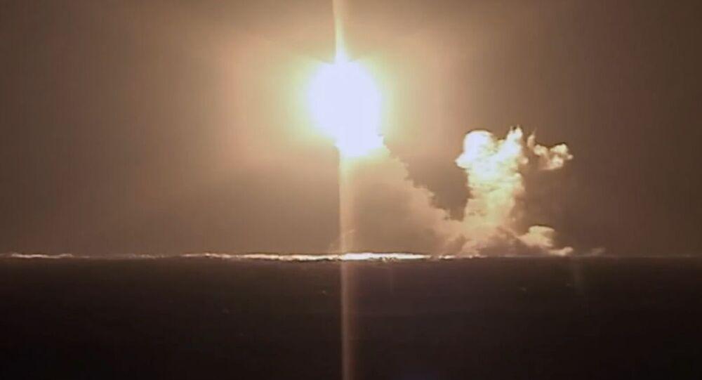 Lanzamiento de prueba de un misil balístico del submarino ruso Kniaz Vladimir de la clase Borei-A