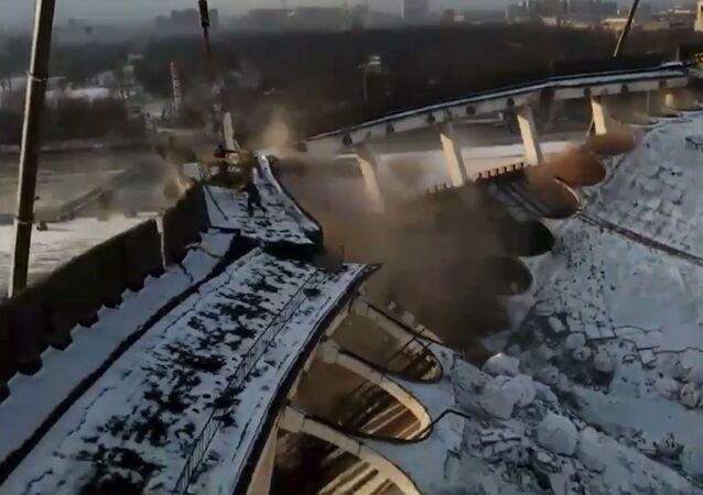 Se desploma el techo del polideportivo Petersburgski durante la demolición