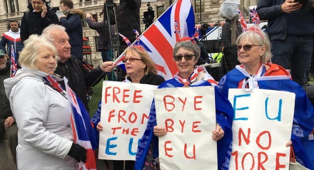 Los partidarios del Brexit se reúnen en el Parliament Square en Londres