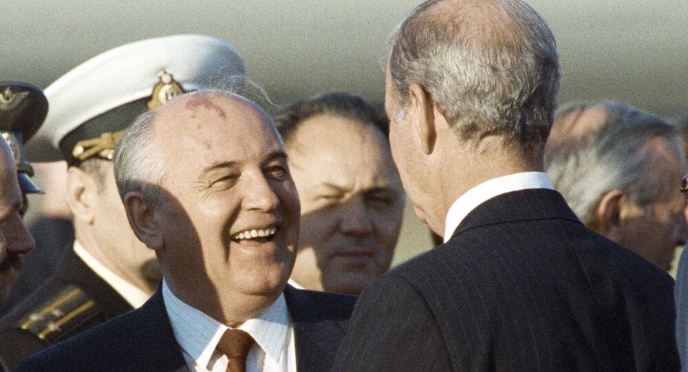 El líder soviético Mijaíl Gorbachov conversa con James Baker, secretario de estado de Estados Unidos (1990)