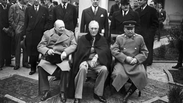 El primer ministro británico Winston Churchill, el presidente de EEUU, Franklin Roosevelt y el líder soviético Iósif Stalin en Yalta, 1945. - Sputnik Mundo