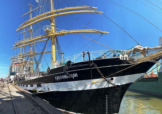 El velero ruso Kruzenshtern llega al puerto de Montevideo