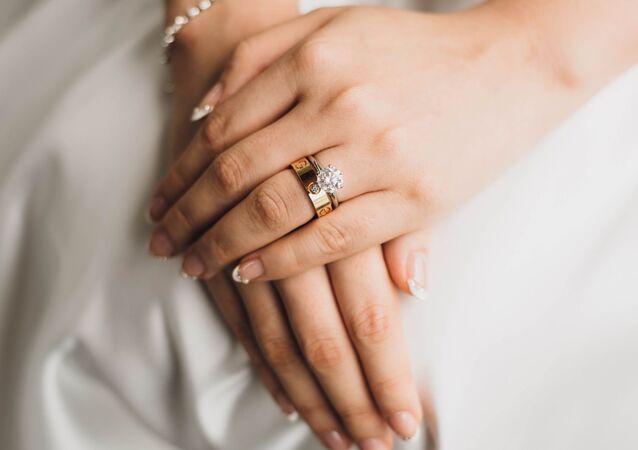 Las manos de una novia (archivo)