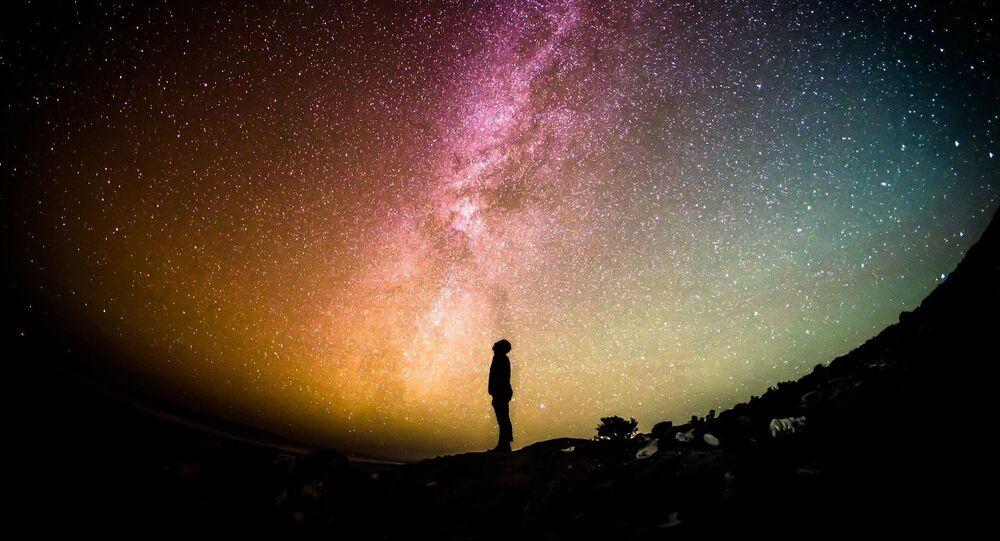 Un hombre observa las estrellas (ilustración)