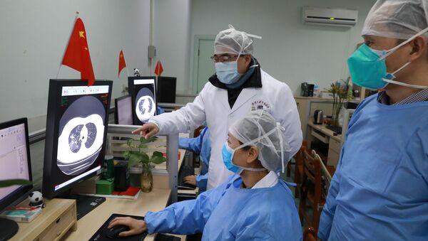 Médicos chinos observan los estudios sobre coronavirus - Sputnik Mundo