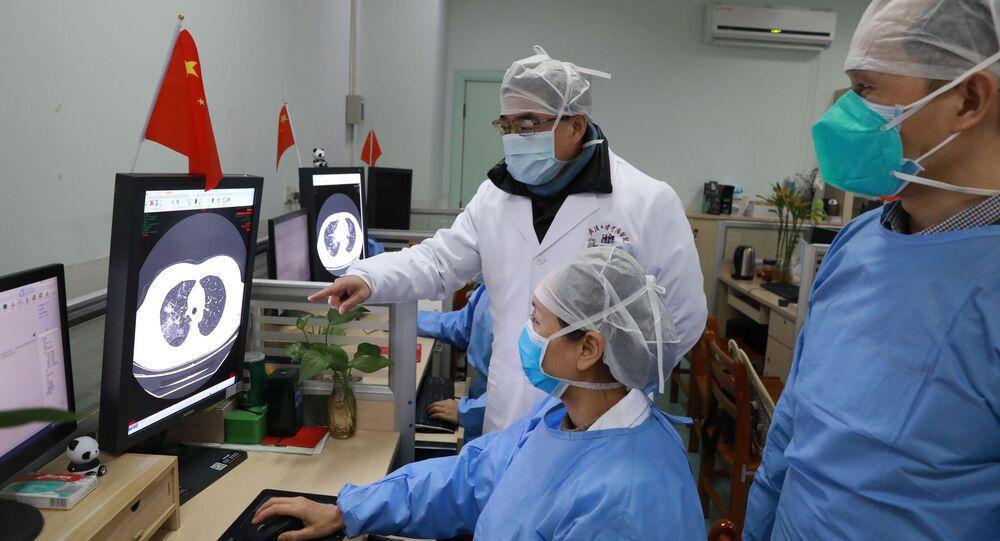 Médicos chinos observan los estudios sobre coronavirus