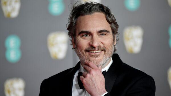 El actor Joaquin Phoenix en la alfombra roja de los premios BAFTA - Sputnik Mundo