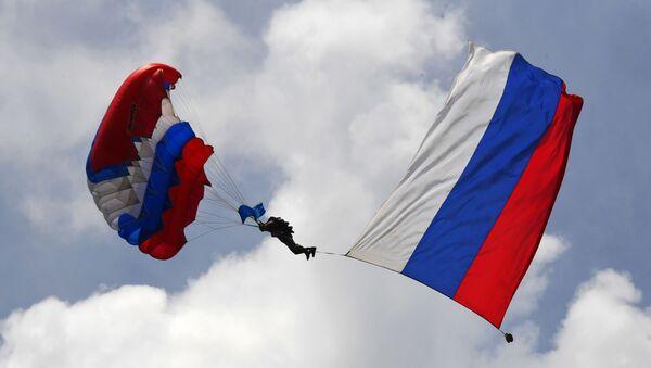 Un paracaidista de las Forzas Aerotransportadas de Rusia - Sputnik Mundo