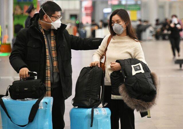 Pasajeros con mascarillas en el aeropuerto de Moscú Sheremétievo