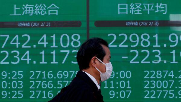 Los números de Shanghai Composite en una pantalla en Tokio, Japón - Sputnik Mundo