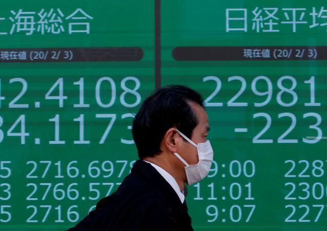Los números de Shanghai Composite en una pantalla en Tokio, Japón