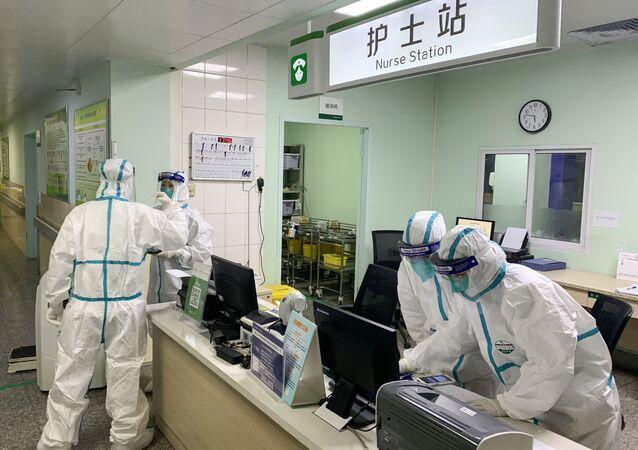 El área de enfermería en un hospital de Wuhan, China